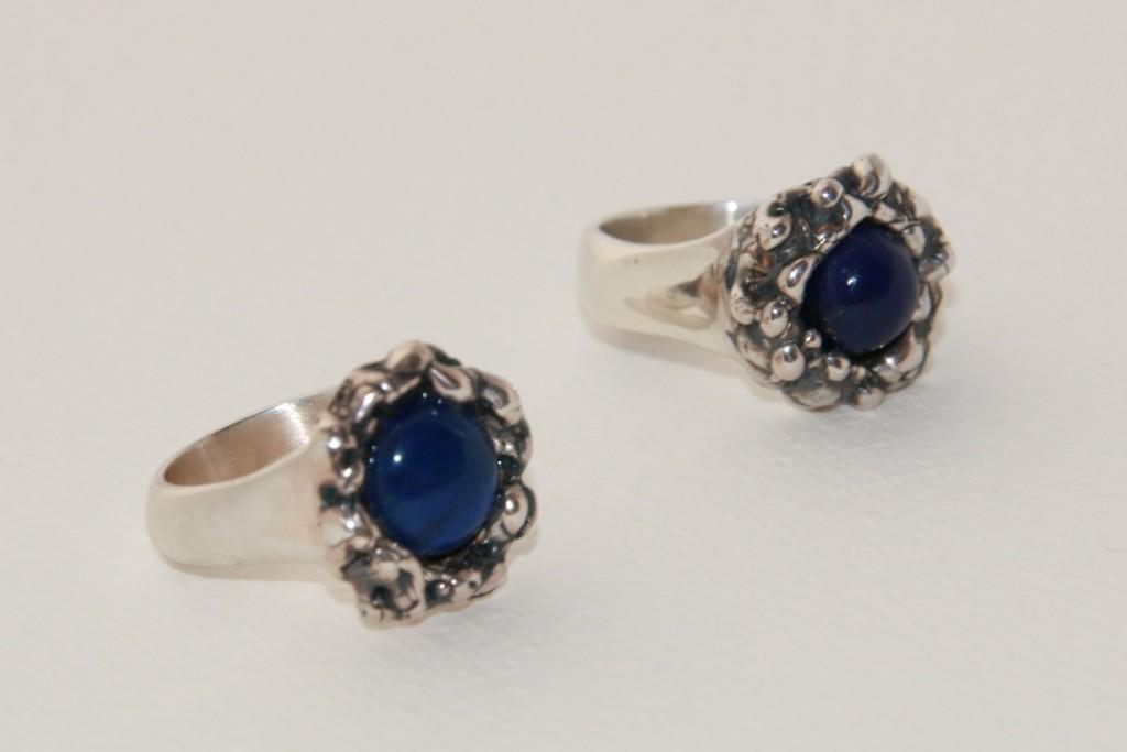 2 gegoten ringen met lapis lazuli